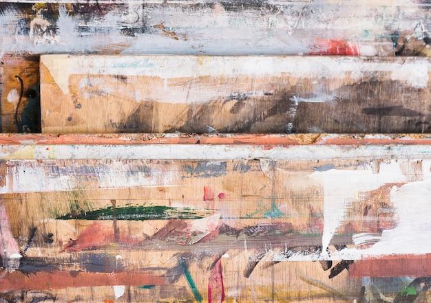 Hoge hoekmening van kleurrijke penseelstreek op houten geweven