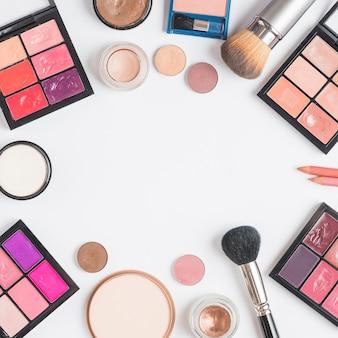 Hoge hoekmening van kosmetische uitrustingen die kader op witte achtergrond vormen