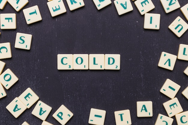 Hoge hoekmening van koude tekst op scrabble letters