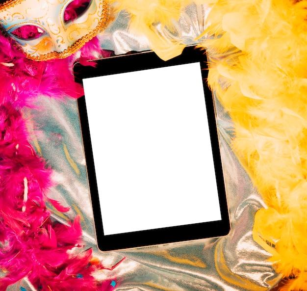 Hoge hoekmening van leeg scherm digitale tafel over carnaval rekwisieten