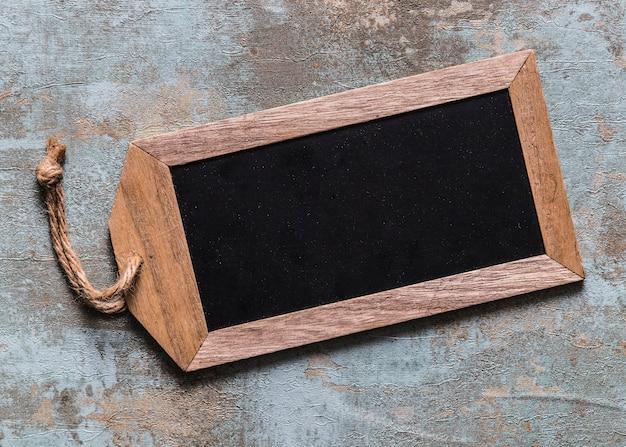 Hoge hoekmening van lege houten markering op roestige achtergrond