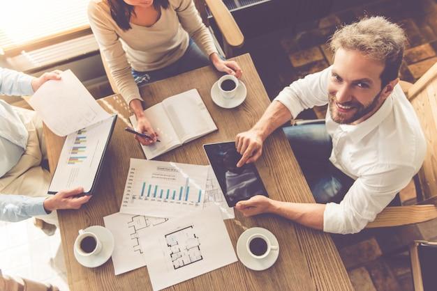 Hoge hoekmening van mensen uit het bedrijfsleven werken met documenten.