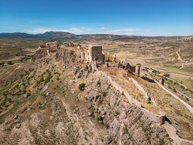Hoge hoekmening van middeleeuws kasteel bovenop een heuvel castillo de moya castillala mancha spain man