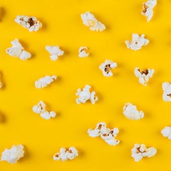 Hoge hoekmening van popcorn op gele achtergrond