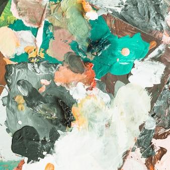 Hoge hoekmening van rommelige artistieke schilderij achtergrond