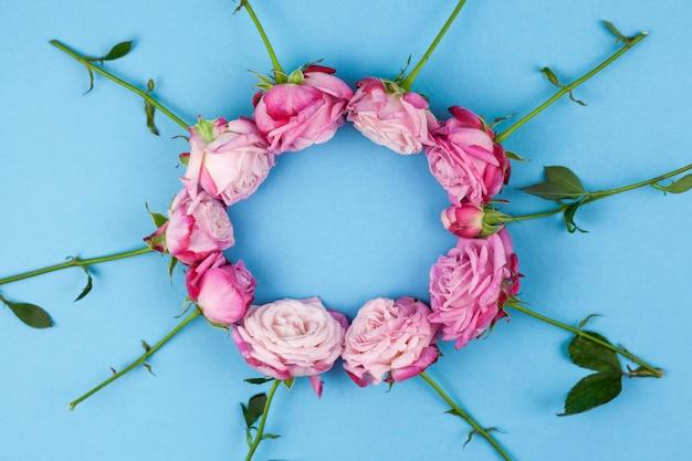 Hoge hoekmening van roze rozen die op ronde vorm worden geschikt