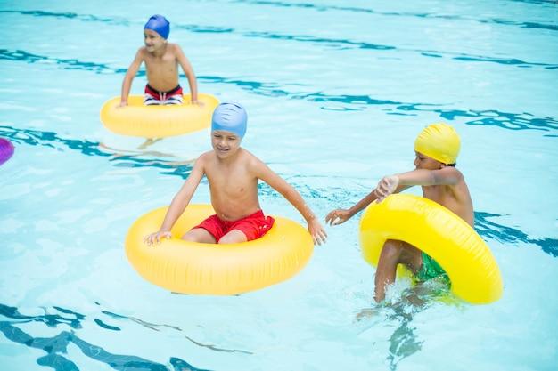 Hoge hoekmening van shirtless jongens zwemmen in zwembad
