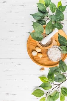 Hoge hoekmening van spa stenen; bladeren en verkoop op houten achtergrond