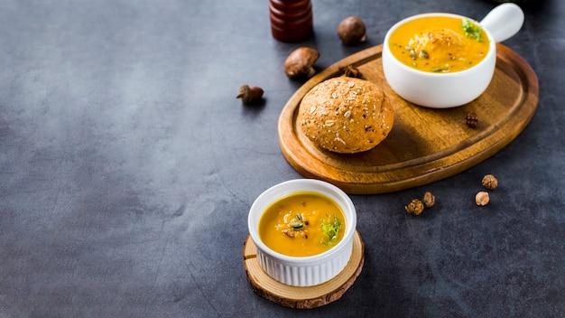Hoge hoekmening van squash soep op een houten bord met kopie ruimte