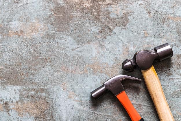 Hoge hoekmening van twee hamers op oud houten bureau