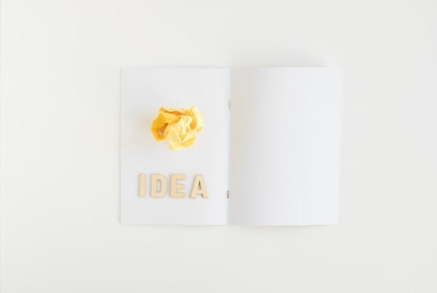 Hoge hoekmening van verfrommeld papier met ideetekst op kaart