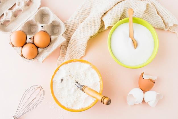 Hoge hoekmening van verschillende bakken ingrediënten op gekleurde achtergrond
