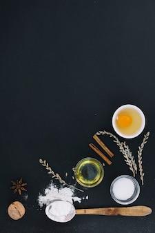Hoge hoekmening van verschillende bakken ingrediënten op zwarte achtergrond