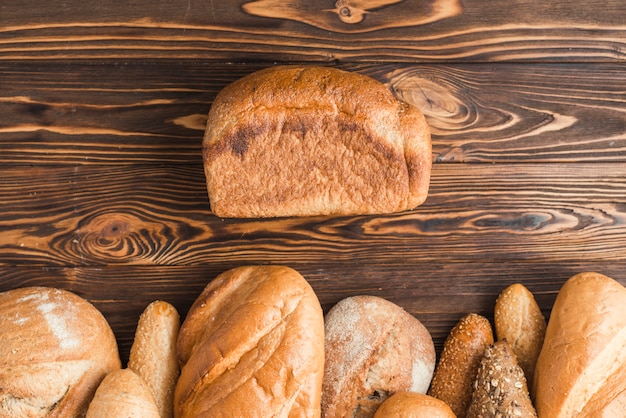 Hoge hoekmening van versgebakken brood op houten achtergrond