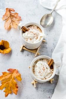Hoge hoekmening van warme chocoladekopjes