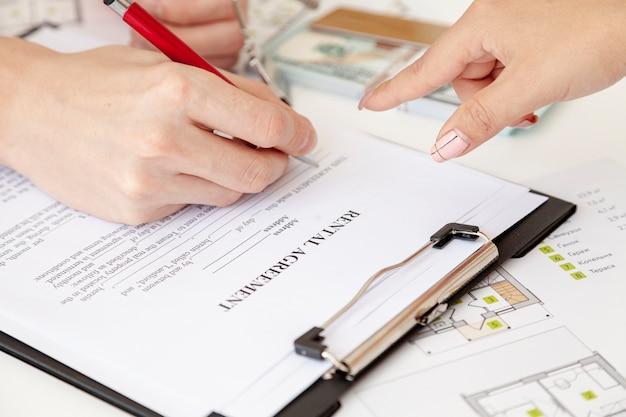 Hoge hoekmens die een huiscontract ondertekenen