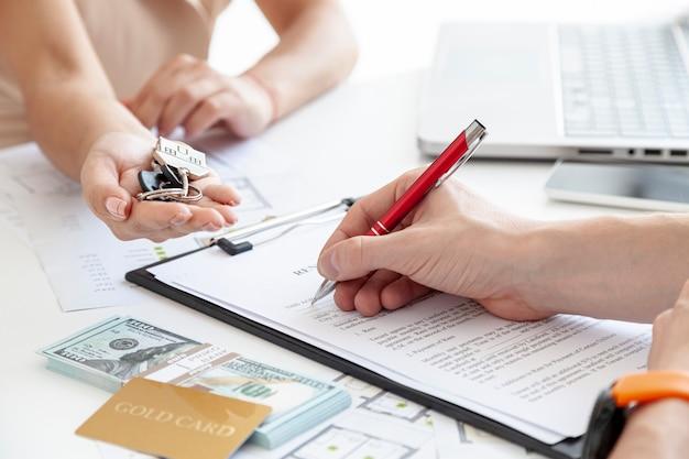 Hoge hoekmens die een nieuw huiscontract ondertekenen