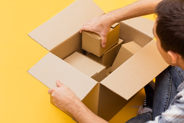 Hoge hoekmens die leveringspakketten schikken