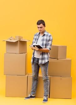 Hoge hoekmens die pakketten controleert