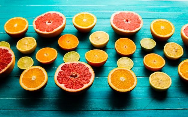 Hoge hoekmix van citrusses op tafel