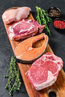 Hoge hoekmix van rauw vlees arrangement