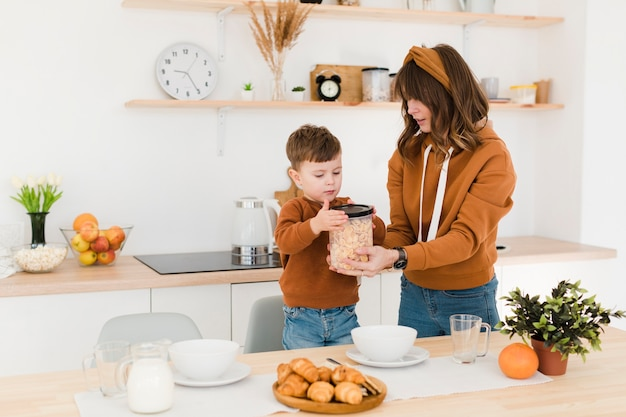 Hoge hoekmoeder en zoon in keuken