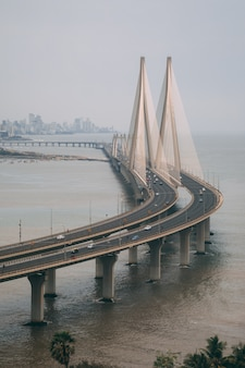 Hoge hoekopname van bandra worli sealink in mumbai, gehuld in mist