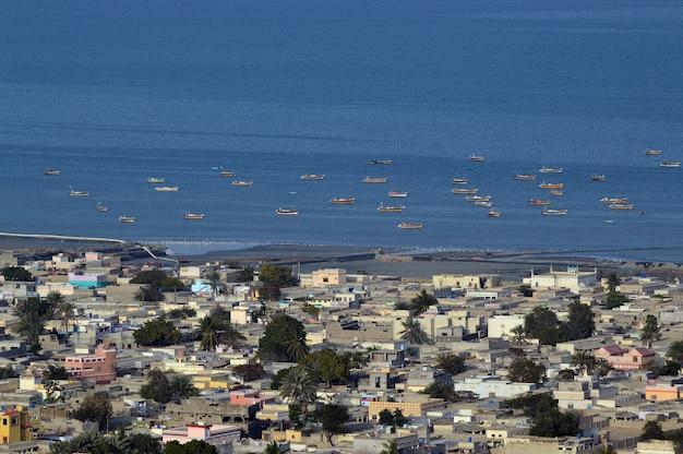 Hoge hoekopname van boten in de zee en het stadsbeeld