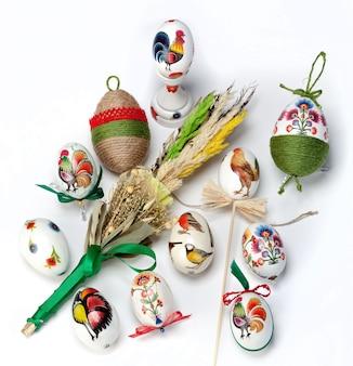 Hoge hoekopname van de beschilderde eieren en versierde planten voor pasen, vastgelegd in polen