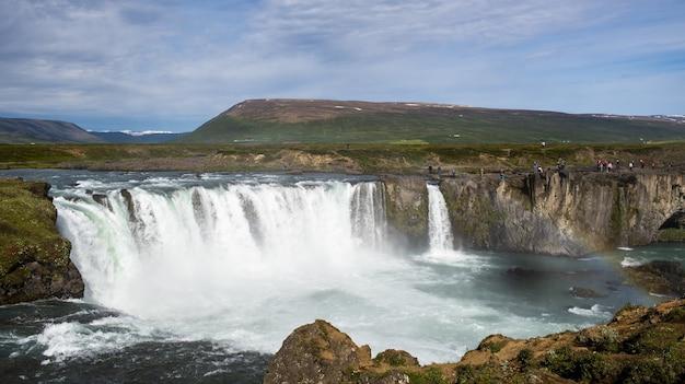 Hoge hoekopname van de godafoss fossholl-lagune in ijsland