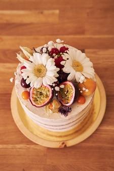Hoge hoekopname van de heerlijke decoratieve cake op een bruine tafel