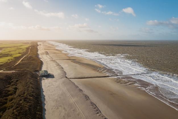 Hoge hoekopname van de kust bij domburg, nederland