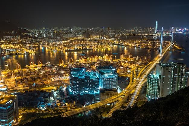 Hoge hoekopname van de prachtige stadslichten en gebouwen die 's nachts zijn vastgelegd in hong kong