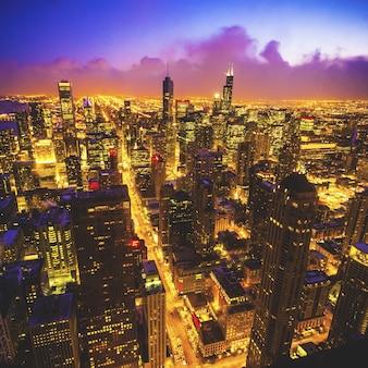 Hoge hoekopname van de stad chicago vanaf de beroemde hancock tower tijdens de nacht