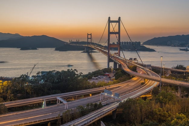 Hoge hoekopname van de tsing ma-brug, vastgelegd bij zonsondergang in hong kong