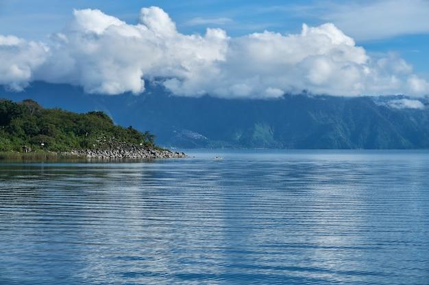 Hoge hoekopname van de zee en de heuvels op een bewolkte dag