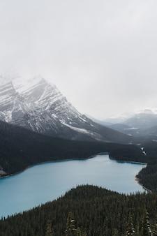 Hoge hoekopname van een helder bevroren meer omgeven door een bergachtig landschap