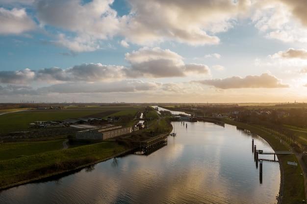 Hoge hoekopname van een prachtige rivier omringd door gebouwen in veere, nederland