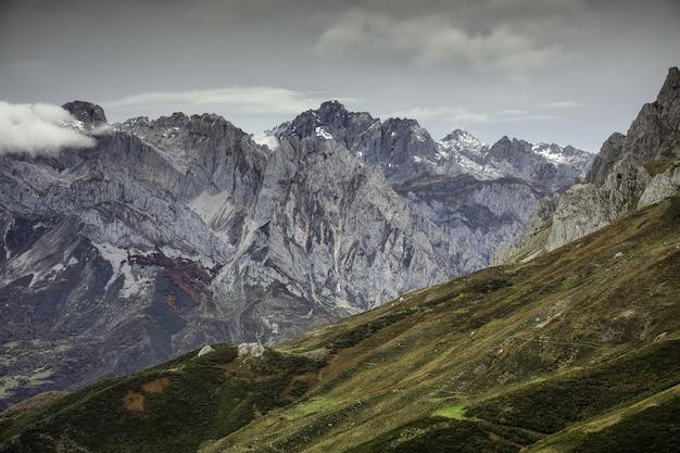 Hoge hoekopname van het europa national park, vastgelegd in de winter in spanje
