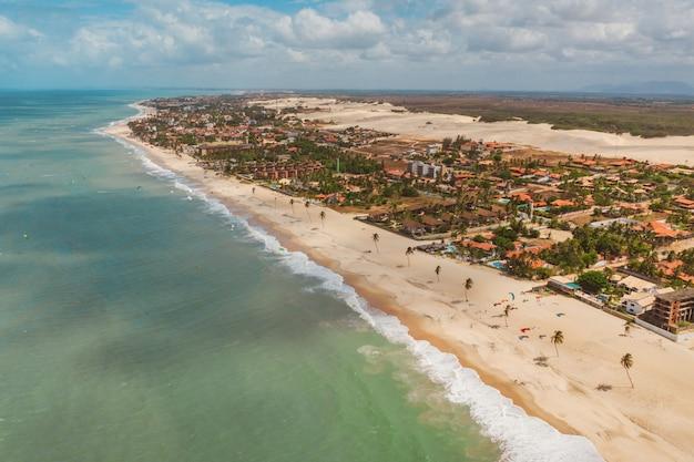 Hoge hoekopname van het strand en de oceaan in noord-brazilië, ceara, fortaleza / cumbuco / parnaiba