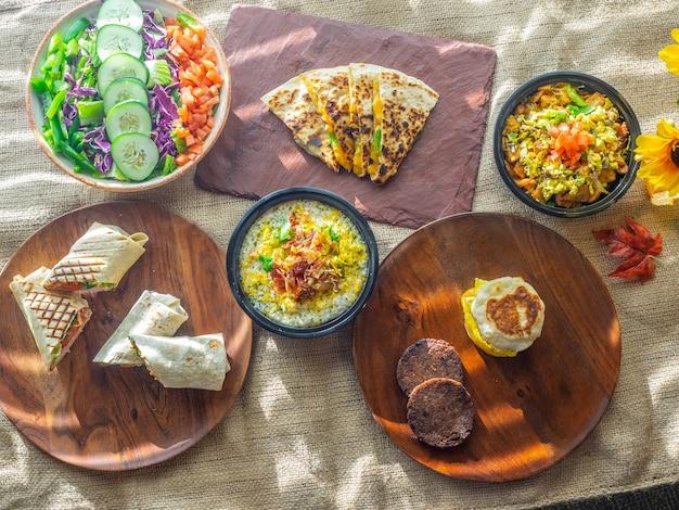 Hoge hoekopname van verschillende zelfgemaakte gerechten op een tafel