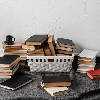 Hoge hoekopstelling met boeken en mand