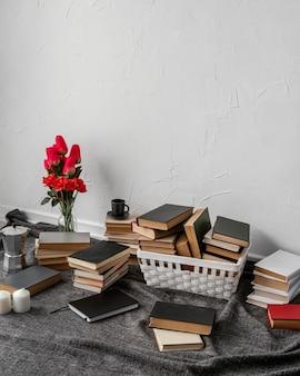 Hoge hoekopstelling met boeken en tulpen
