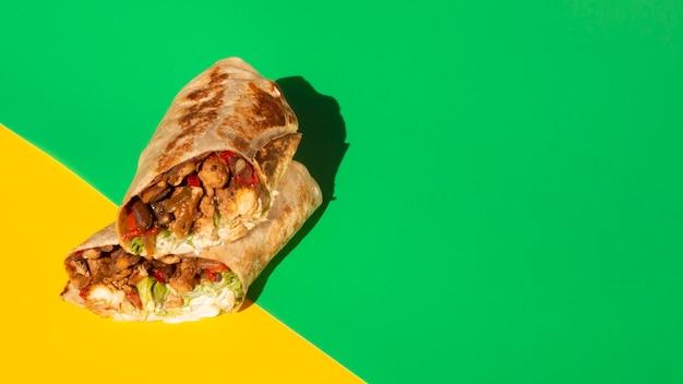 Hoge hoekopstelling met burrito en kopie-ruimte