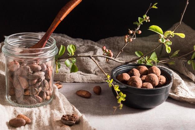 Hoge hoekopstelling met chocoladetruffels