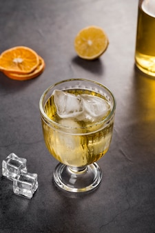 Hoge hoekopstelling met drinkglas