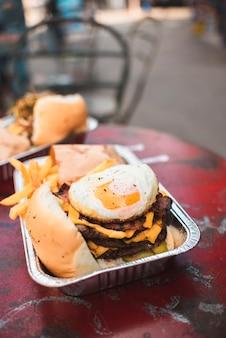 Hoge hoekopstelling met friet en cheeseburger