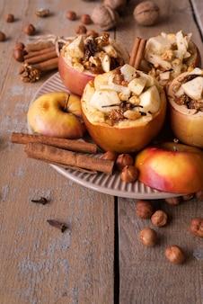 Hoge hoekopstelling met gekookte appel en kaneelstokjes
