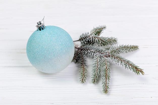 Hoge hoekopstelling met globe en fir tree takje