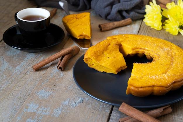Hoge hoekopstelling met heerlijke taart en koffiekopje